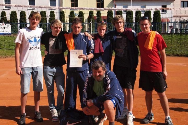 "tým ""A"" - zleva: Tomáš Opat, Vojtěch Bambas, Patrik Koutník, Roman Černý, Karel Jančík, Lukáš Rubeš a sedící trenér Jaroslav Vrbata"
